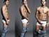 ¡Nick Jonas toca sus partes íntimas!