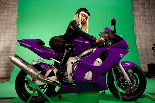 VMA 2010: BACKSTAGE FOTOGRÁFICO - Nicki Minaj, con traje de bomba sexy, en su súper moto...