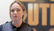 Caity Lotz como la Oficial Kirsten Landry
