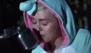 Miley Cyrus llora al cantar sobre su pez muerto