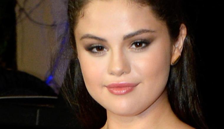 Selena Gomez usa un crop top de diseñador al revés