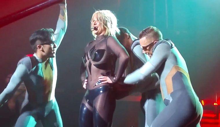 ¡A Britney Spears se le abrió el traje en pleno show!