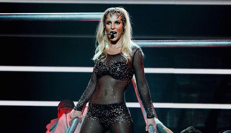 Ouch! Britney Spears cae y se daña el tobillo en el escenario