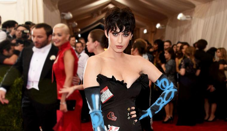 Katy Perry posa casi desnuda para Moschino