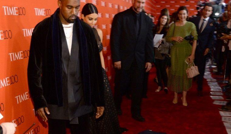 Amy Schumer cae frente a Kanye West y Kim Kardashian... ¡Mira la reacción!