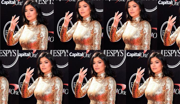 Kylie Jenner mostró... ¿un anillo de compromiso?