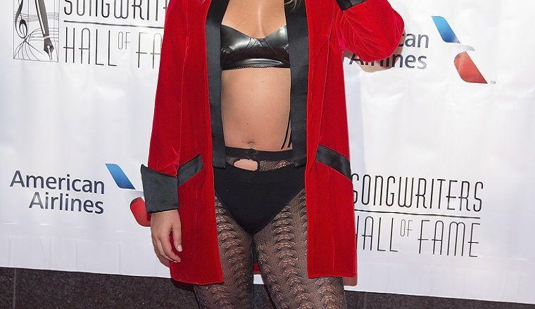 ¿Quién es la exitosísima cantante que fue a un evento en ropa interior?