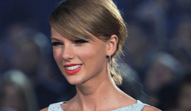 Taylor Swift te enseña como NO debes pelar un camarón
