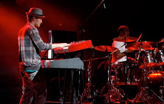 WORLD STAGE MÉXICO 2011: EL DÍA ANTERIOR - 1, 2, 3, probando: el baterista y uno de los tecladistas de Joe.