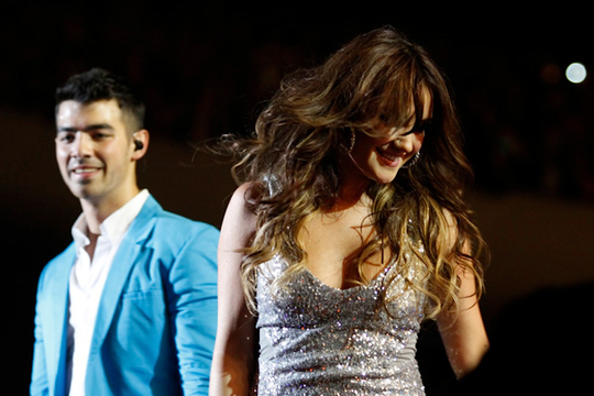 WORLD STAGE MXICO 2011: JOE JONAS EN VIVO - Cierre vibrante: Dulce Mara subi para cantar 